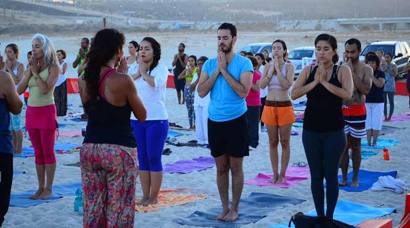 Con clase masiva en playa El Tule celebran el Día Internacional del Yoga