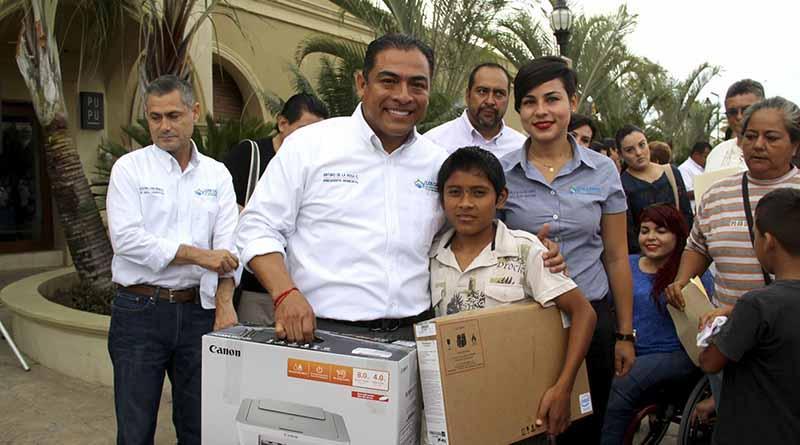 Apoya Alcalde Arturo De la Rosa a estudiante con equipo de cómputo