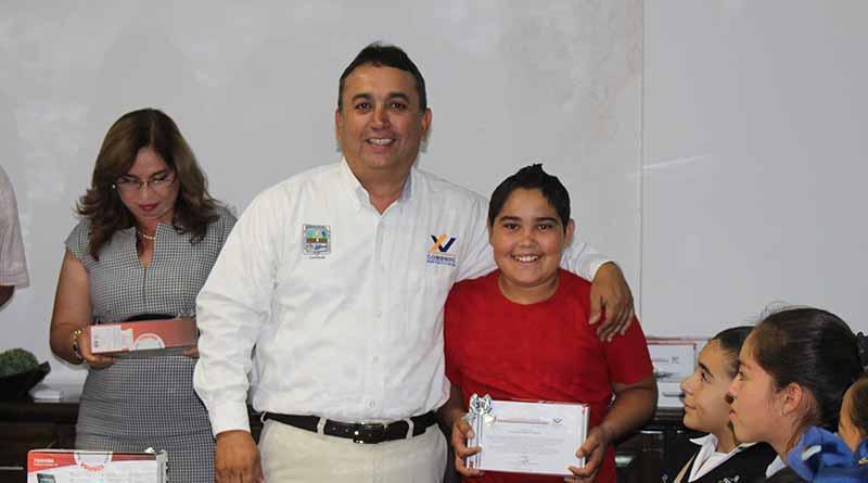 Lic. Carlos Mendoza Davis, hicieron entrega de la obra de remodelación de áreas de la escuela secundaria Justo Sierra