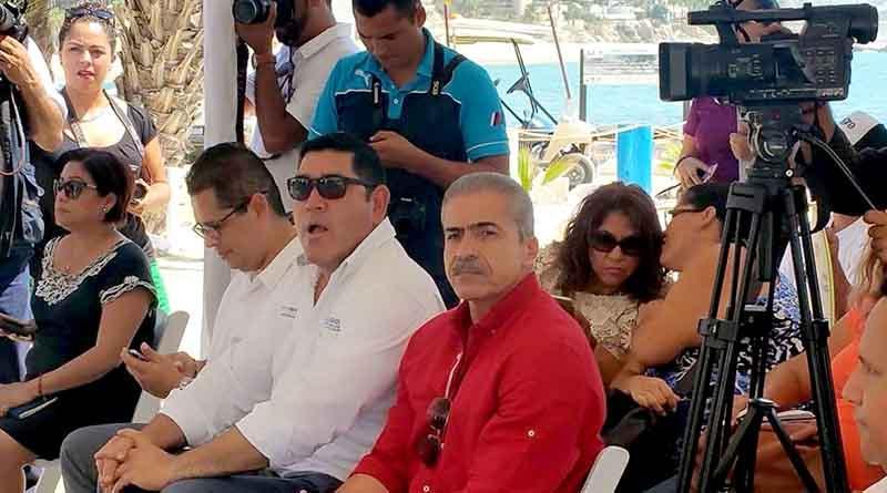 Reconoce regidor Flores a familia González donación para balneario público en Palmilla