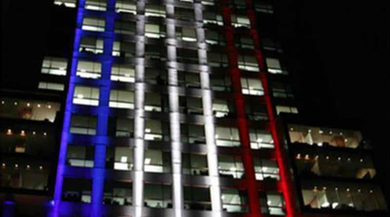 Iluminan sede de la cancillería con colores de bandera estadunidense