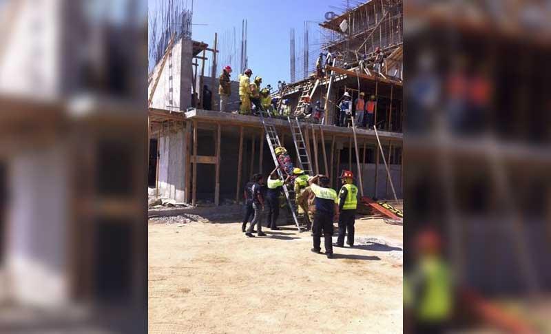 Colapsa andamio en construcción en el corredor turístico, tres heridos