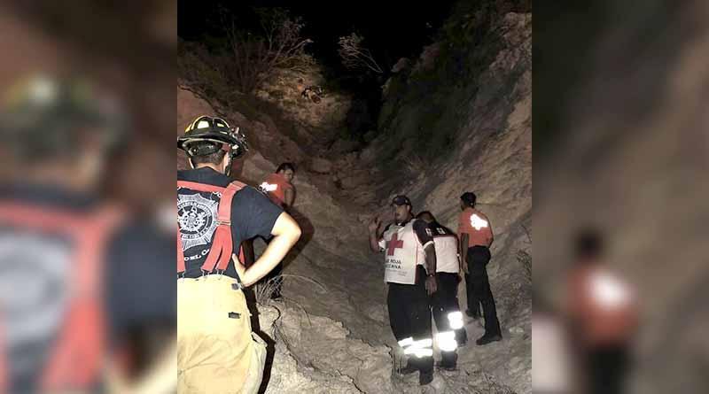 Rescatan a mujer que cayó en acantilado en Costa Azul