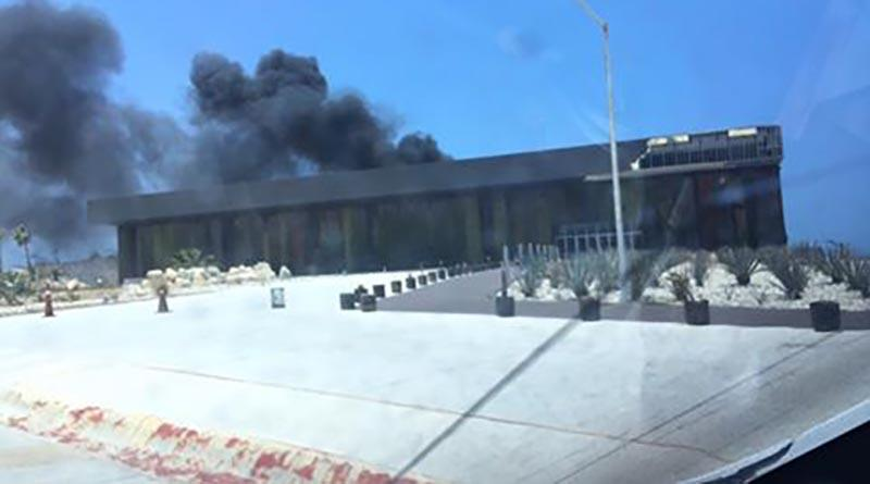 Arde el Centro de Convenciones de Los Cabos