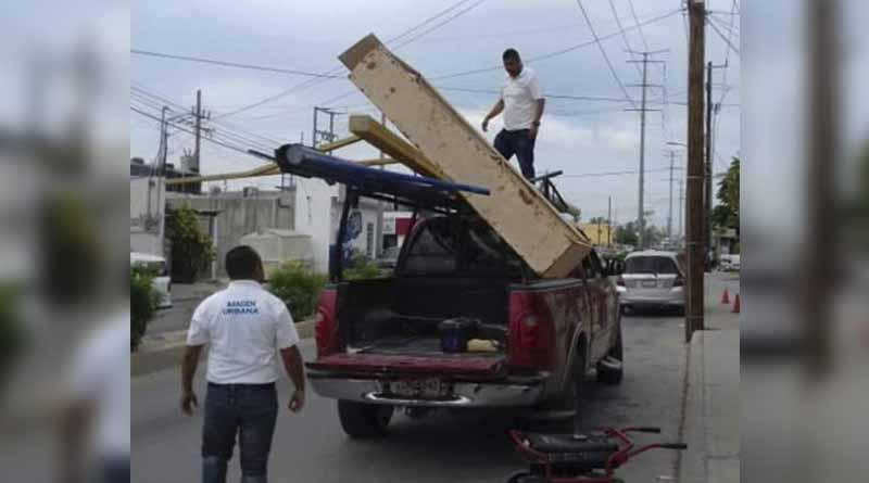 Retiran postes y soportes inservibles en la ciudad