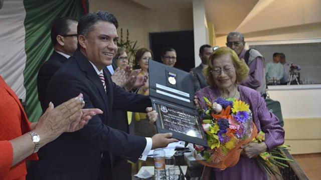 """La destacada pianista sudcaliforniana Quichu Isais recibió la Medalla al Mérito Cultural """"Néstor Agúndez Martínez"""""""