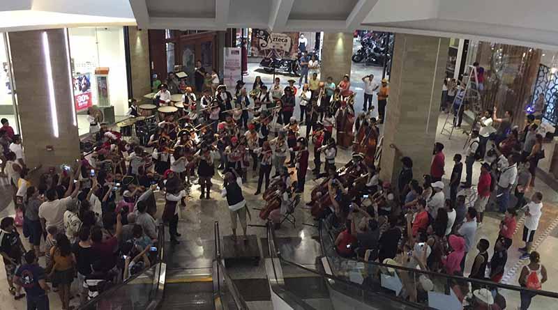 Orquesta Sinfónica Esperanza Azteca presenta Flashmob en plaza Puerto Paraíso