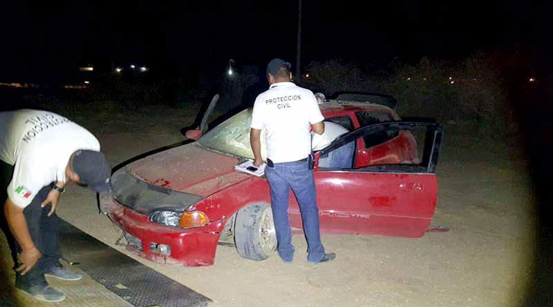 """Vuelcan en """"vólido"""" y dejan el carro abandonado en Santa Anita"""