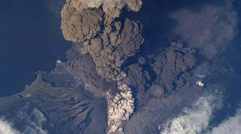 Volcán de Colima emite fumarola de dos mil metros de altura