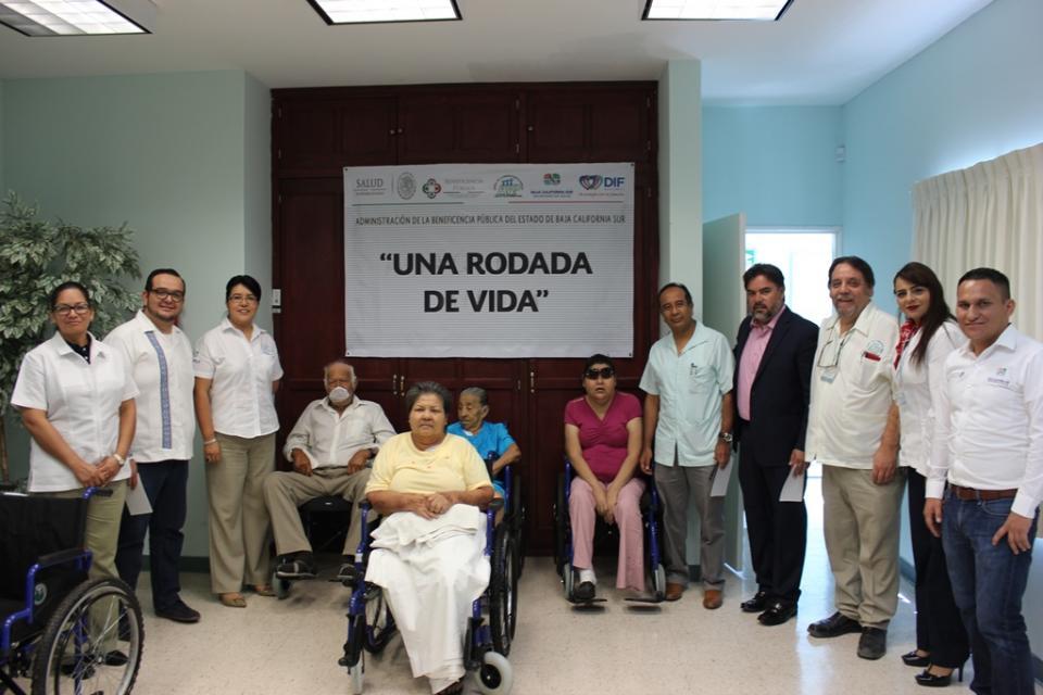 Secretaría de salud entrega sillas de ruedas a pacientes de la unidad de Hemodiálisis
