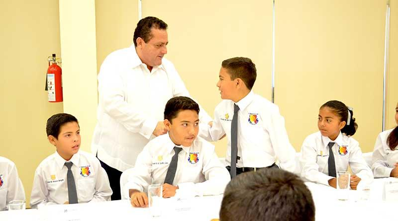Convive XI Parlamento Infantil con el Gobernador y le solicitan mayor seguridad