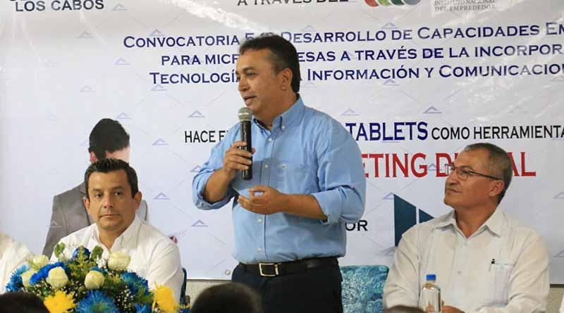 El Presidente municipal Francisco Pelayo Covarrubias, en acto de entrega de constancias de los cursos.