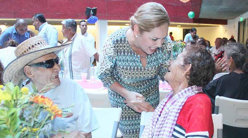 Con entrega de regalos y ritmos guapachosos, celebran a los adultos mayores