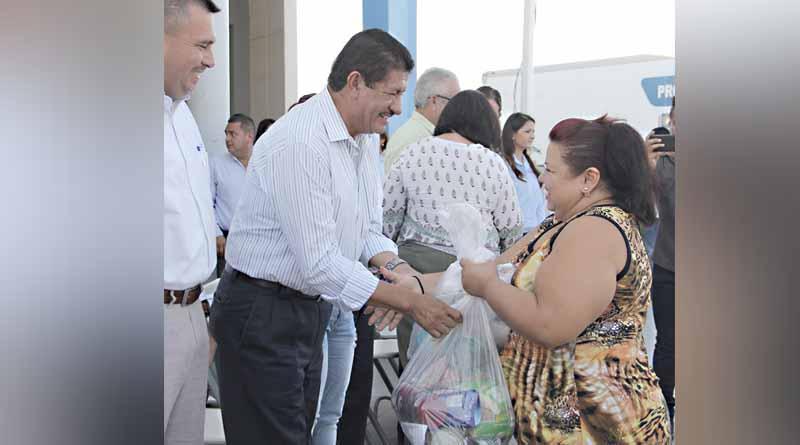 Entrega Atención Ciudadana máquina de coser a la señora Ramona Amador