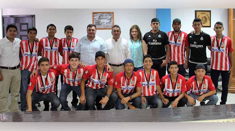 Francisco Pelayo felicita a jóvenes integrantes del equipo de futbol que participó en la Copa Zorros