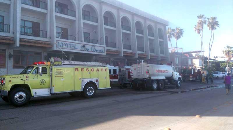 Arde hotel Los Arcos en La Paz, bomberos sufren por falta de equipo