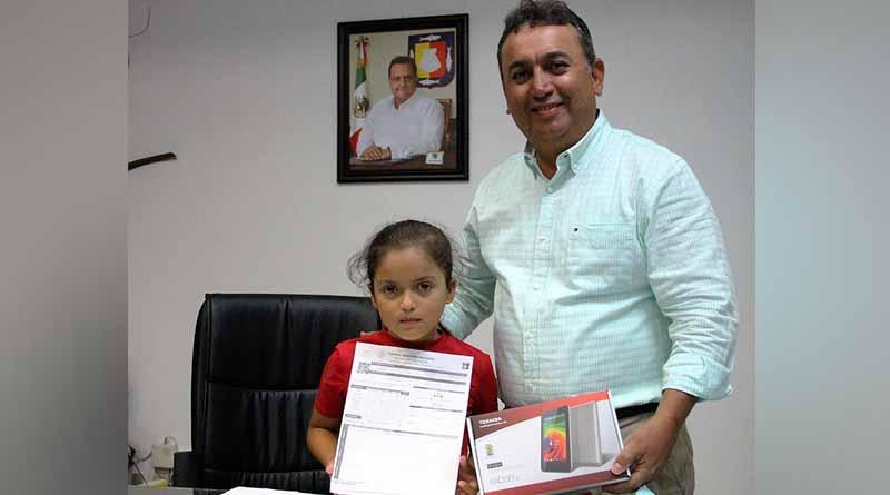 Entrega Alcalde Francisco Pelayo Tableta Electrónica a Estudiante de Primaria