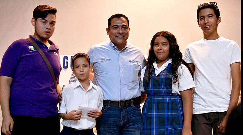 Gobierno Municipal impulsa con becas a más de 2 mil 500 estudiantes
