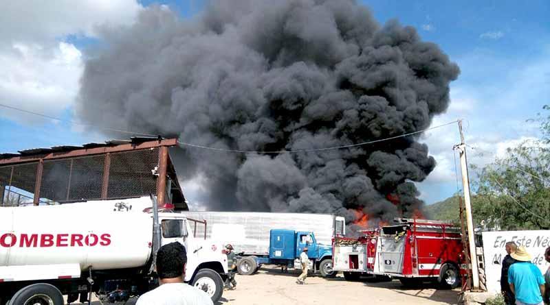 Arden más de 100 carros por incendio en chatarrera en La Paz