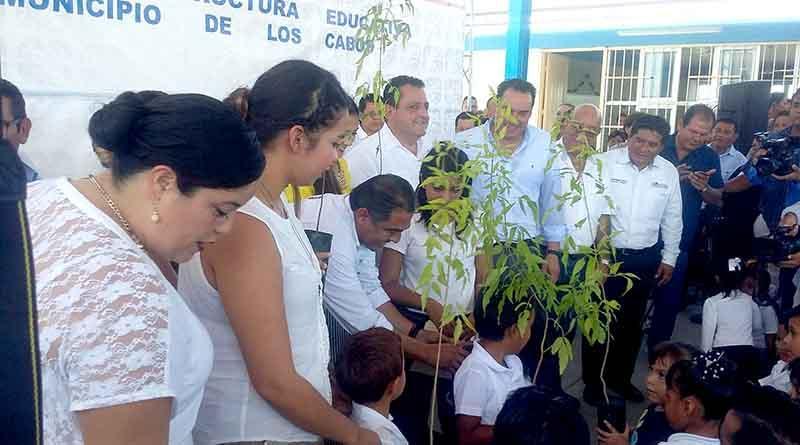 Gobernador y Alcalde entregan jardín de niños alimentado por energía solar y con vidrios anti huracanes en La Ballena
