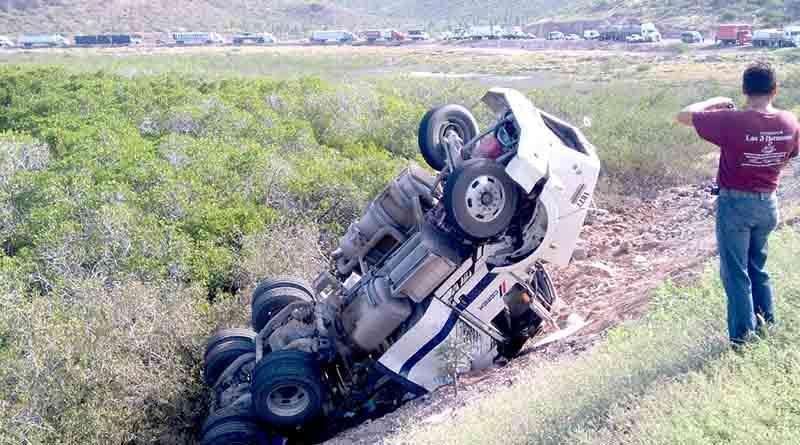 Chocan dos tráilers en La Paz y vuelcan, carretera a Pichilingue cerrada
