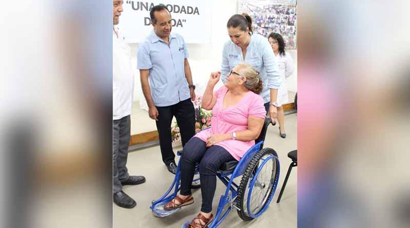 Más de 100 sillas de ruedas y 600 auxiliares auditivos ha entregado la beneficencia pública de BCS en 2016