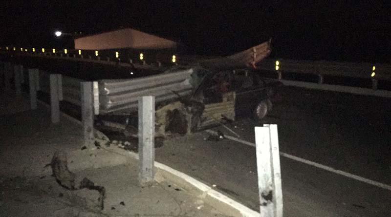 Mueren dos en choque contra barrera de protección de la carretera en Todos Santos