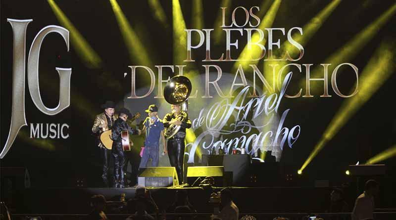 Invitado especial canta a dueto con Los Plebes del Rancho