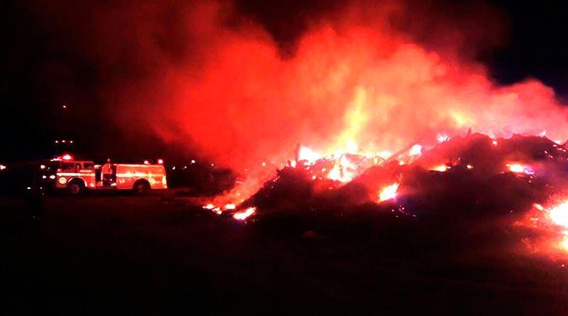 Fuerte incendio en basurero temporal en Costa Dorada