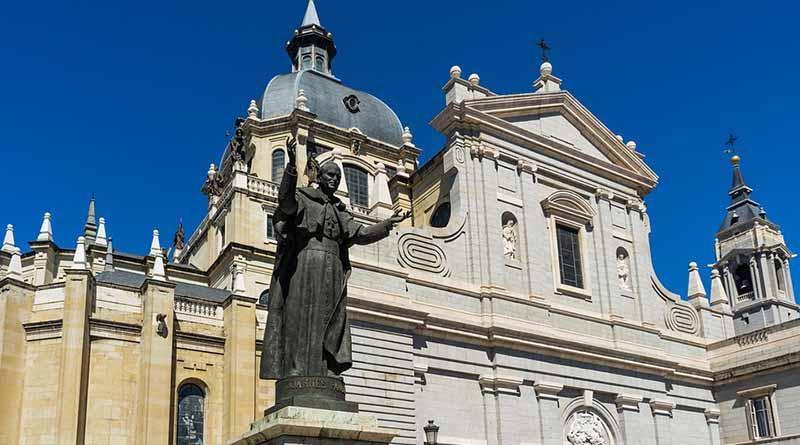 Papa recuerda a Juan Pablo II y llama a abatir muros con el diálogo