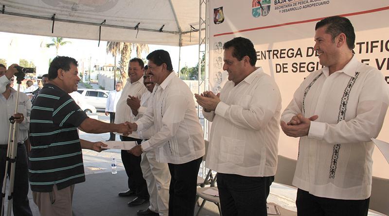 Entrega CMD más certificados de seguro de vida a pescadores de La Paz