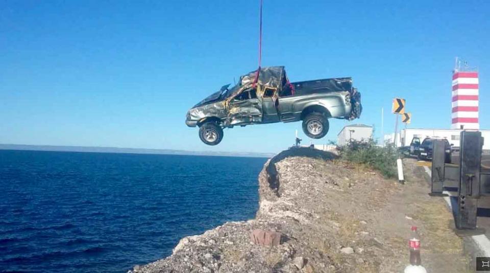 """Vuelca y """"vuela"""" camioneta 20 metros en Punta Prieta"""