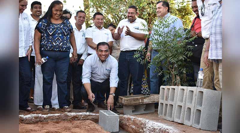 Coloca alcalde Arturo de la Rosa primera piedra para la construcción de viviendas  dignas