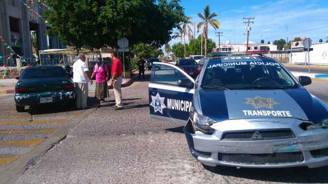 Choque entre carro particular y patrulla de Transporte Municipal en 4 altos de La Paz
