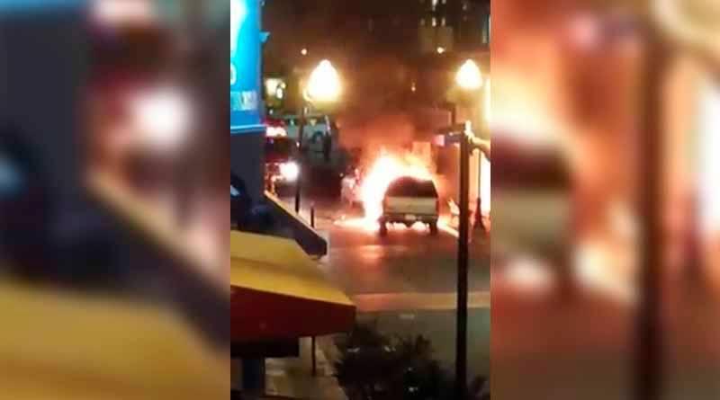 Arde camioneta en pleno centro de Cabo San Lucas y provoca incendio de otro carro