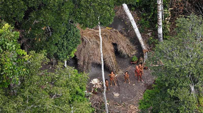 Indios brasileños combinan flechas con celulares para salvar Amazonas