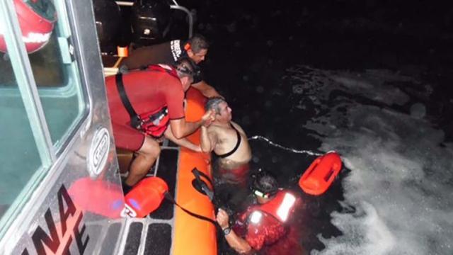 Marinos salvan a joven de ahogarse en la playa Santa María