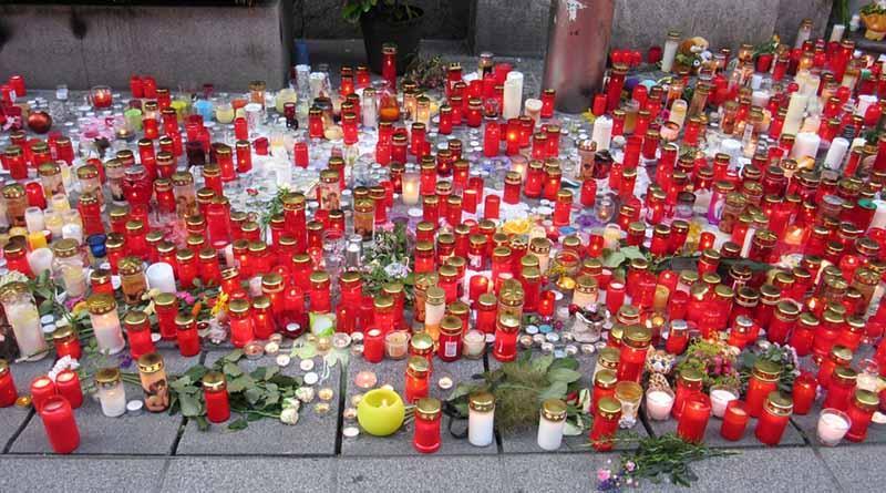 Develan placas en primer aniversario de atentados de París