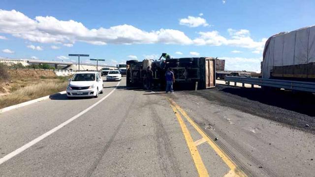Vuelca camión cargado de asfalto en carretera Todos Santos-La Paz