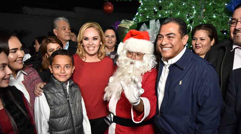 Alcalde enciende árbol e inaugura bazar navideño