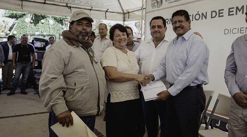 Entregan apoyos al sector pesquero