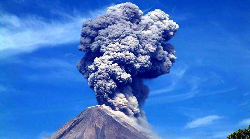 Ceniza del Volcán de Fuego cae en cuatro municipios de Colima