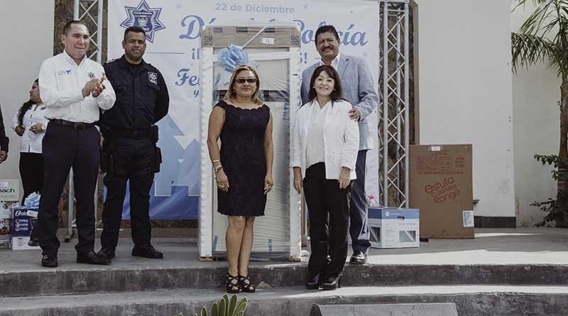 Convive Alcalde de La Paz con policías en su día