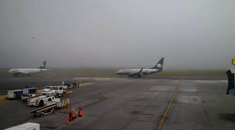 Aeropuerto de Monterrey suspende operaciones por banco de niebla