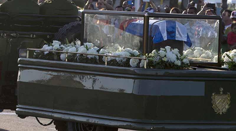 Sepultan a Fidel Castro en Santiago en medio de salvas de artillería