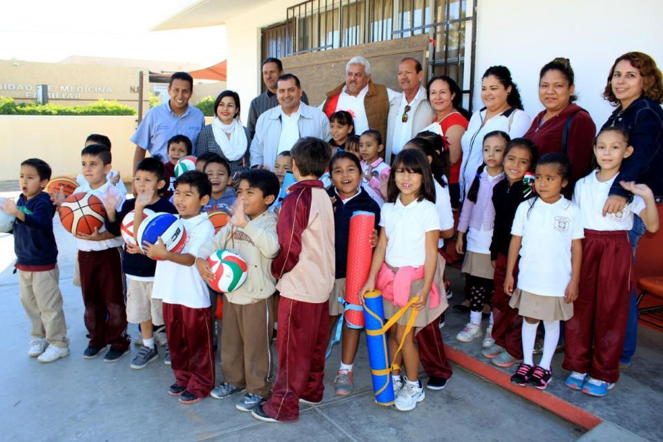 Entrega Gobierno Municipal material deportivo y se compromete con alumnos de escuela primaria