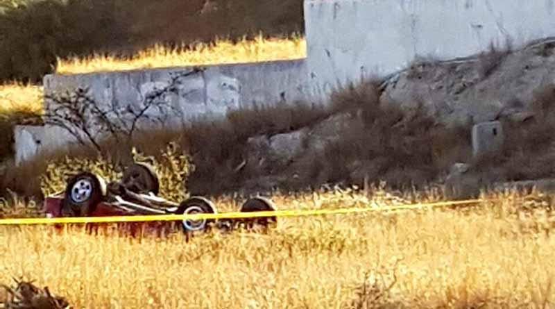 Vuelca camioneta en Cerro Colorado, conductor sale volando y muere