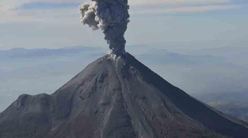 Volcán de Colima registra exhalación de 2.5 kilómetros con material incandescente