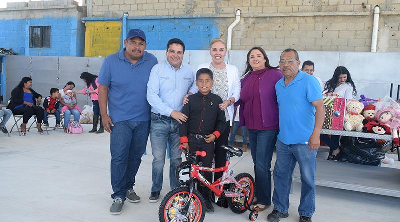 Presidenta del DIF municipal festeja con los hijos de los trabajadores de servicios públicos en CSL