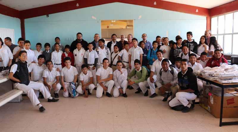 Reciben uniformes estudiantes de la secundaria técnica pesquera